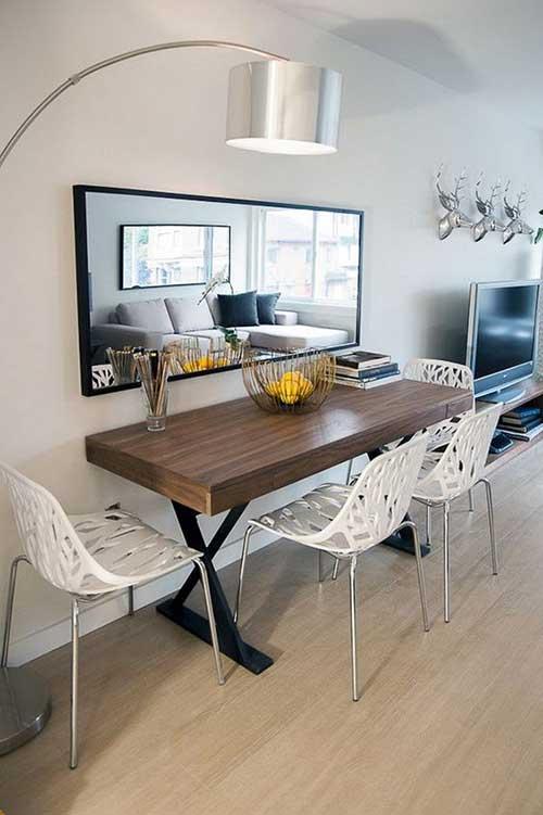 sala de jantar com mesa na parede