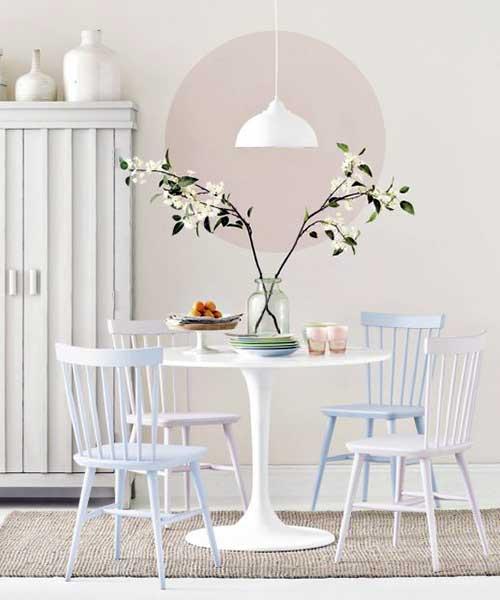 sala de jantar pequena decorada com mesa redonda