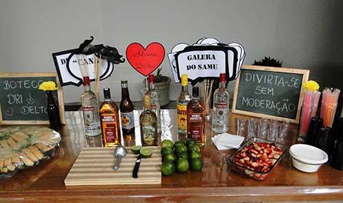 decoracao de boteco com mesa de drinks