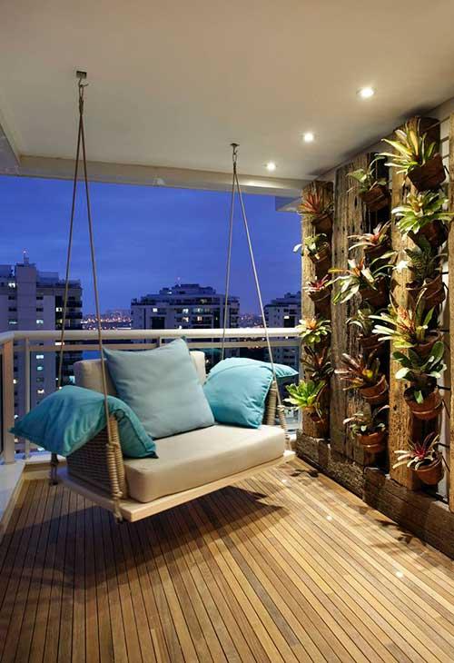 sacada moderna com piso de madeira