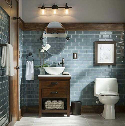 banheiro rustico com ornamentos azuis