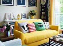sala colorida com sofa amarelo e tapete listrado