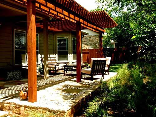 pergola em madeira na varanda de casa