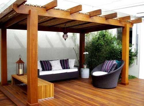 pergolado com deck de madeira relaxante
