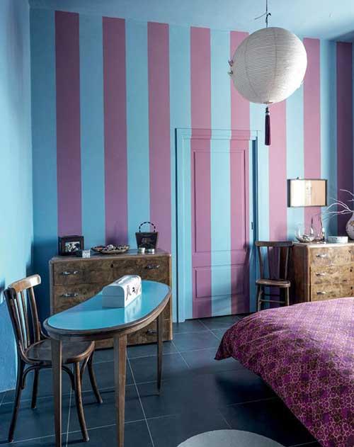 quarto roxo e azul com paredes listradas