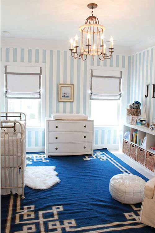 papel de parede listrado azul e branco pra quarto de bebe