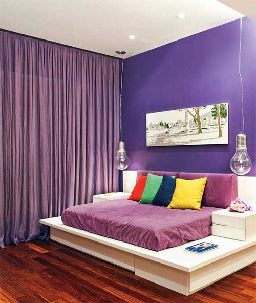 quarto roxo com piso de madeira com luminaria bonita