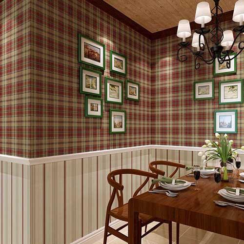 decoracao retro com papel de parede vermelho e marrom