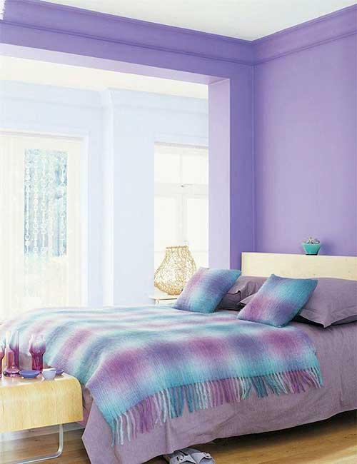 quarto roxo com parede azul claro