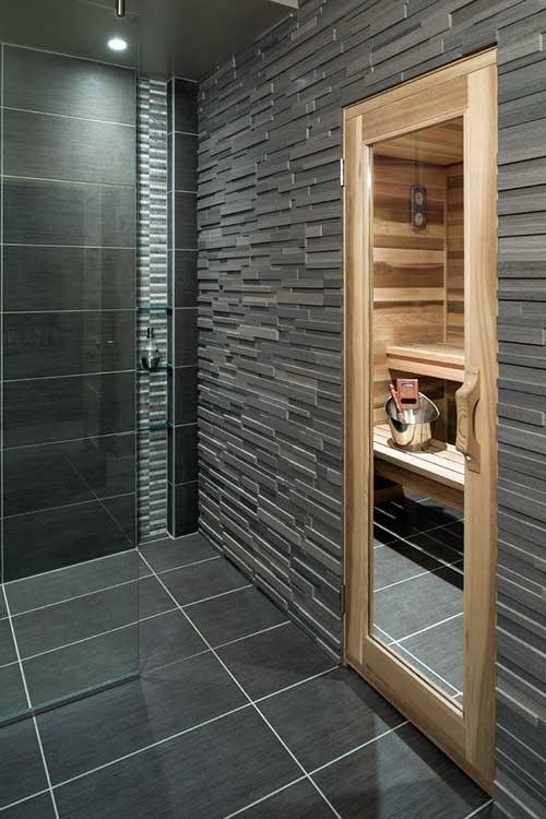 banheiro masculino com sauna seca