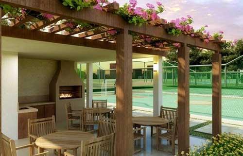 pergolado com flores decorando area gourmet da churrasqueira