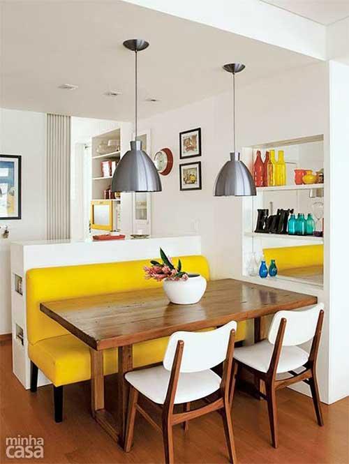 sala de jantar pequena decorada com sofa de canto amarelo