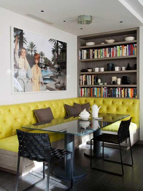sala de jantar escura com sofa amarelo