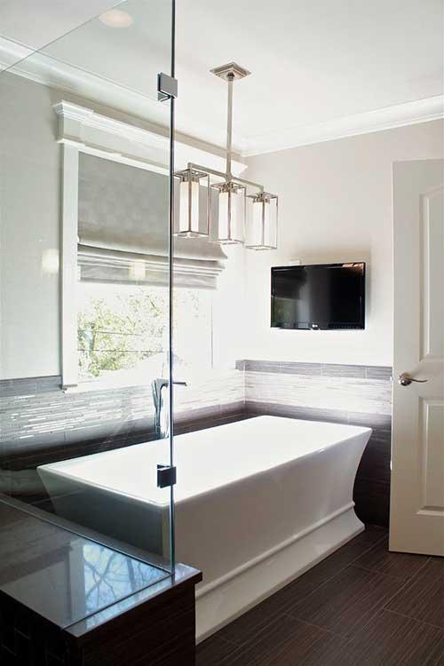 banheiro masculino com tv na frente do banheiro