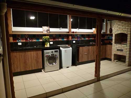 area de serviço externa com piso antiderrapante na cor bege