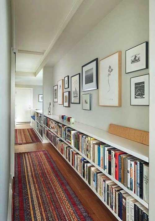 como decorar um corredor com quadros, aparador e tapetes