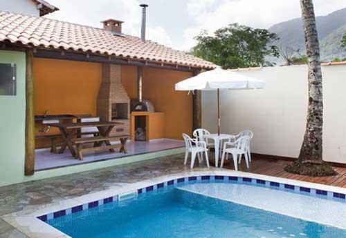 foto de quintal com piscina e churrasqueira