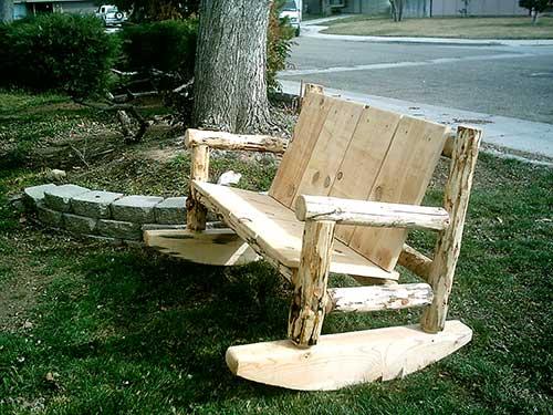banco artesanal feito com madeira de demoliçao