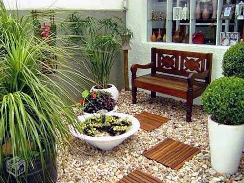 foto de banco envernizado em jardim pra area interna