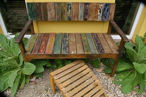 banco de madeira feito de forma artesanal com madeira de demoliçao