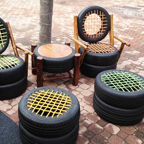 mesa de centro e banco para uma pessoa pra jardim com pneus