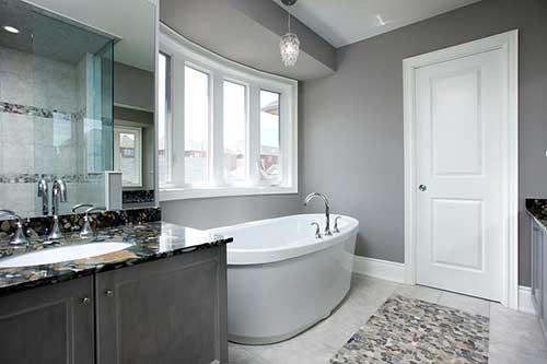 banheiro com decoracao clean e banheira