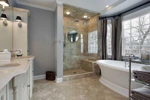 banheiro com piso de pedra bege