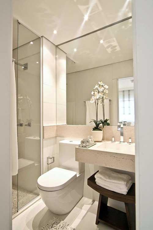banheiro em apartamento pequeno com piso de porcelanato