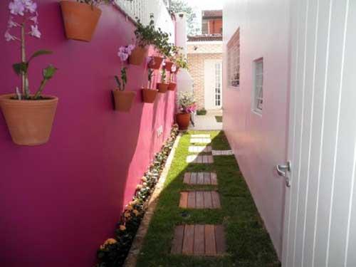 corredor de quintal decorado com tinta e plantas