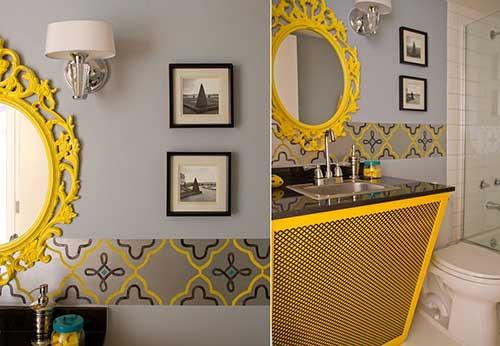 banheiro cinza com espelho e papel de parede amarelo
