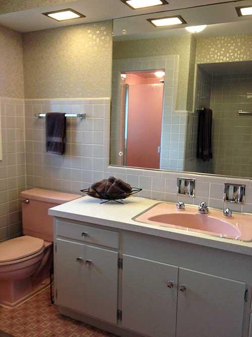 foto de banheiro retro na cor cinza e rosa