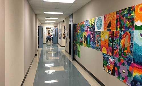 corredor de escola decorado com arte das crianças
