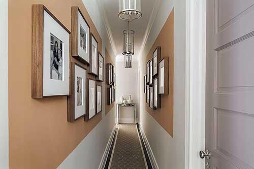 corredor curto enfeitado com quadros e carpete