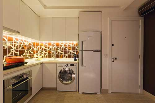 foto de apartamento pequeno integrando cozinha e lavanderia