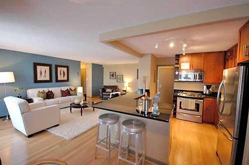 foto de cozinha pequena decorada com piso laminado