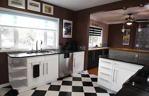 cozinha com dois ambientes e duas cores de piso laminado