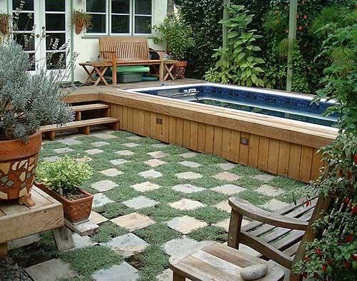 quintal com piscina nos fundos da casa