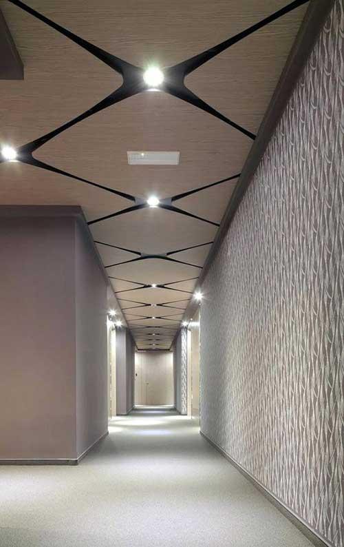 como decorar o teto de um corredor com um arranjo geometrico