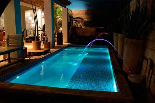 quintal com piscina iluminada por led