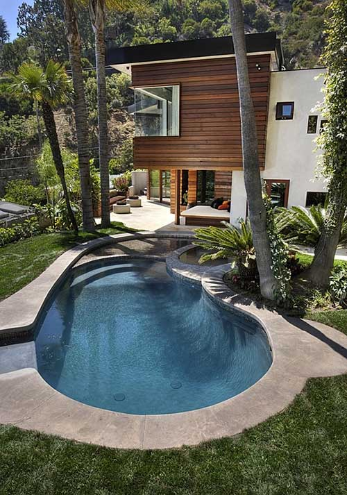 piscina arredondada em quintal com piscina