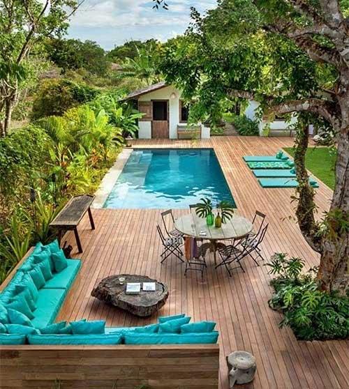 quintal com jardim e piscina nos fundos de casa pequena