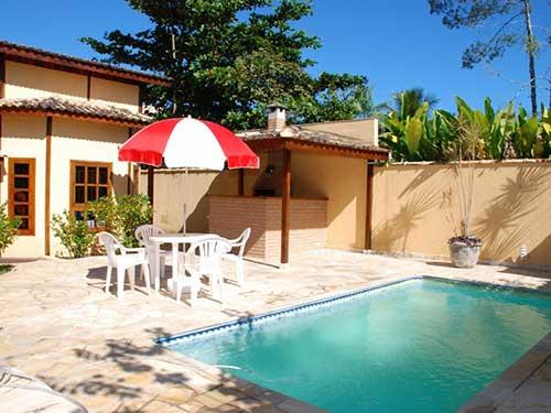 casa com area de fundos com piscina e churrasqueira