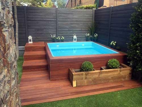 foto de quintal pequeno com piscina de fibra e deck em madeira de lei