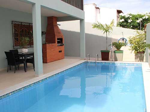 area gourmet com churrasqueira e piscina muito grande