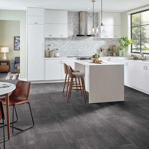 cozinha clean com piso laminado de cimento queimado