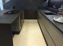 cozinha com bancadas com revestimento que simula cimento queimado