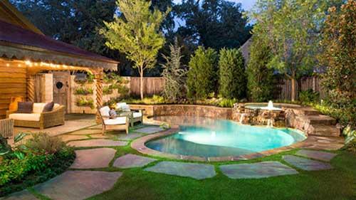 quintal com piscina redonda e pedras ornamentais