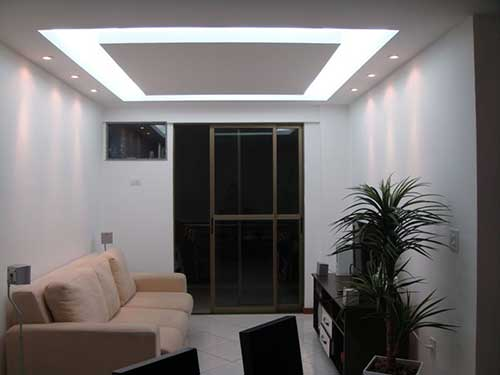 imagem de apartamento decorado pequeno com sanca de gesso e luzes led