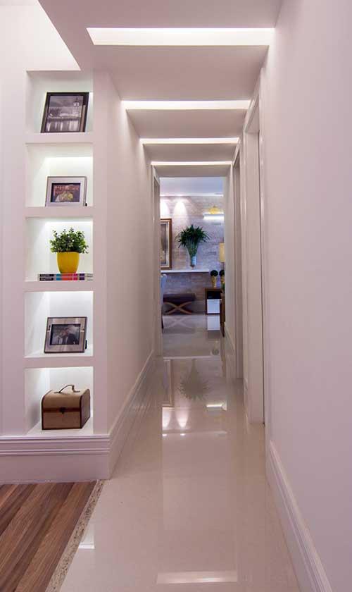 corredor decorado branco com sancas de gesso