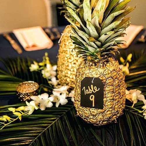 decoracao para festa com abacaxi dourado